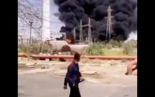 Image d'une vidéo qui montre un incendie qui aurait été causé par une explosion dans la centrale électrique d'Ahvaz, en Iran, le 4 juillet 2020 (Capture d'écran/Twitter)
