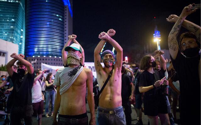 Les Israéliens auto-entrepreneurs bloquent une route de Tel Aviv pendant une manifestation réclamant le soutien du gouvernement, le 11 juillet 2020 (Crédit : Miriam Alster/Flash90)