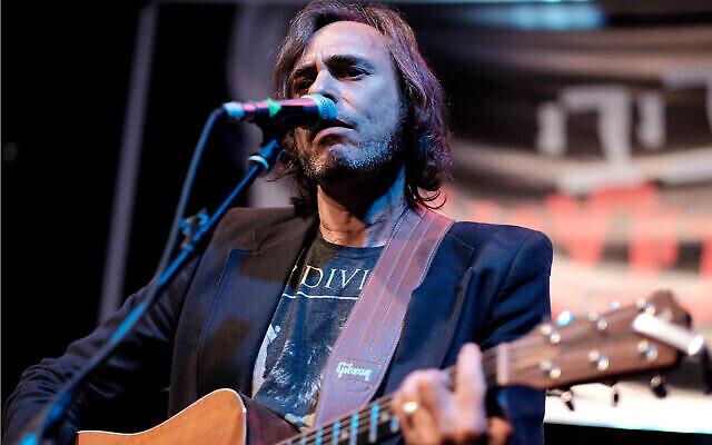 Le musicien israélien Hemi Rudner en concert à Tel Aviv, le 22 mai 2016. (Crédit : Tomer Neuberg/Flash90)