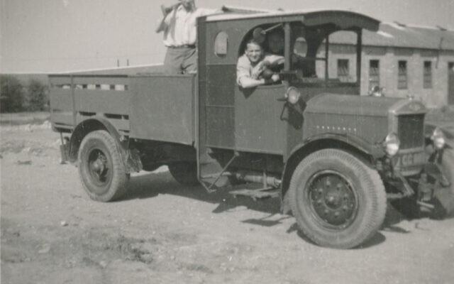 Victor Cohn dans un camion au Kitchener Camp. (Autorisation/ famille de Victor Cohn)