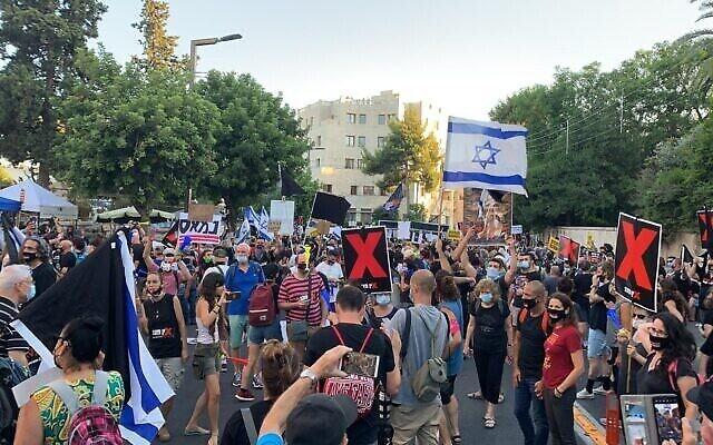 Les Israéliens protestent contre le Premier ministre Benjamin Netanyahu aux abords de sa résidence officielle à Jérusalem, le 14 juillet 2020 (Crédit : Mouvement drapeau noir)