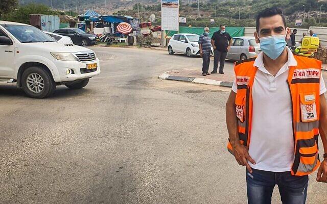 Le docteur Muhammad Isa près de la voiture où a été retrouvé Muhammad Khalil, quatre ans (Crédit :  United Hatzalah)