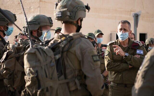 Le chef d'état-major de l'armée israélienne, Aviv Kohavi, (à droite), parle aux soldats de l'unité fantôme de l'armée israélienne alors qu'ils participent à un exercice d'entraînement d'une semaine, en juillet 2020. (Armée israélienne)