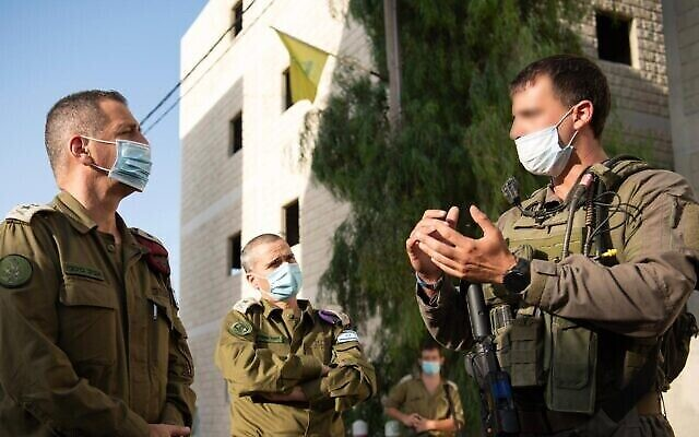 Le chef d'état-major de l'armée israélienne, Aviv Kohavi, (à gauche), parle aux soldats de l'unité fantôme de Tsahal alors qu'ils participent à un exercice d'entraînement d'une semaine en juillet 2020. (Armée israélienne)