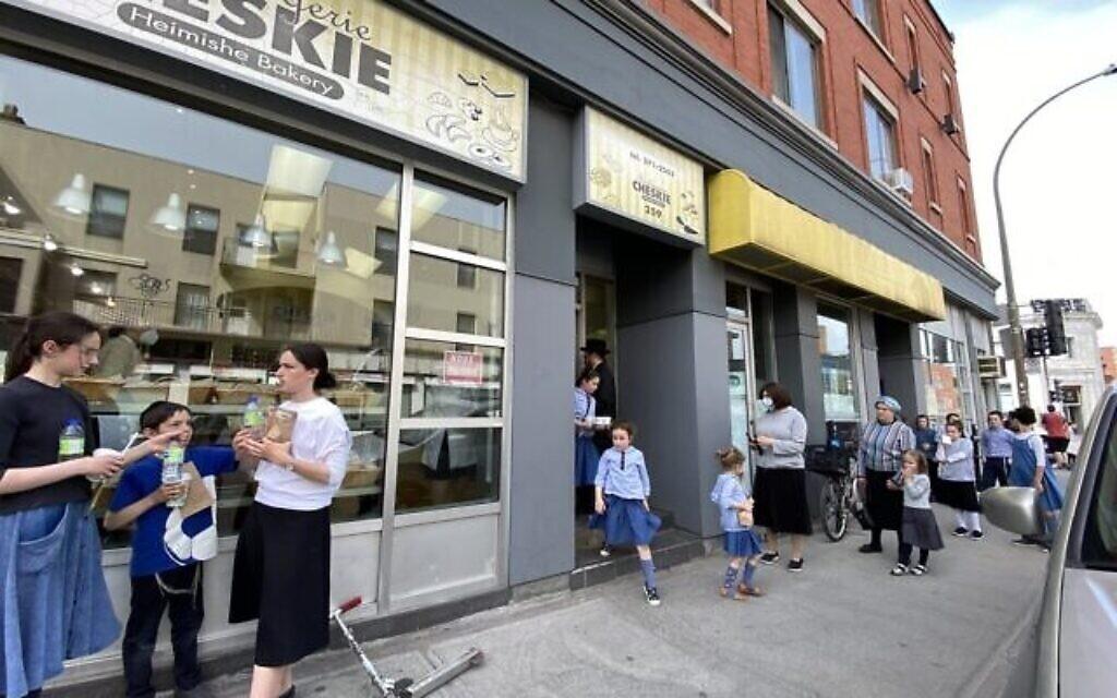 Des clients font la queue devant Cheskie's sur Bernard Ave à Outremont, Montreal. (Ezra Soiferman/ www.EzraSoiferman.com)