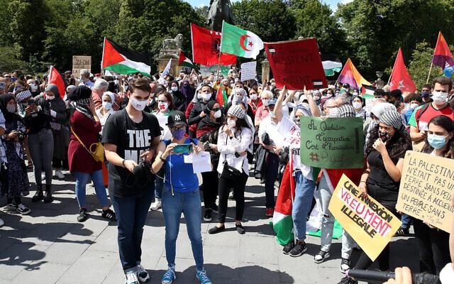 Des manifestants protestent contre le projet d'Israël d'annexer des parties de la Cisjordanie lors d'une manifestation à Bruxelles, en Belgique, le 28 juin 2020.   (Dursun Aydemir/Anadolu Agency via Getty Images via JTA)