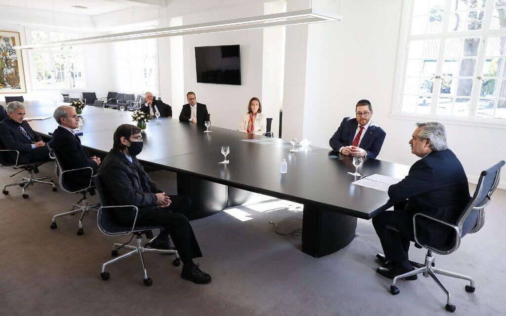 Le président argentin Alberto Fernandez, à droite, rencontre le chef du groupe juif AMIA et le père d'une victime de l'attentat à la bombe de l'AMIA à Buenos Aires, le 14 juillet 2020. (Autorisation AMIA/ via JTA)