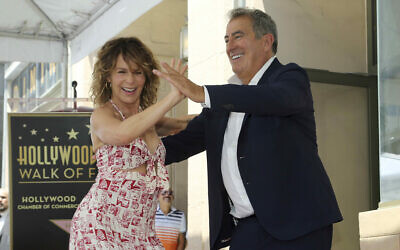 Jennifer Grey, à gauche, et Kenny Ortega  dansent ensemble lors d'une cérémonie en l'honneur de  Kenny Ortega pour son étoile sur le Walk of Fame d'Hollywood le 24 juillet 2019 à Los Angeles. (Photo par Willy Sanjuan/Invision/AP)