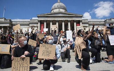 Des personnes participent à une manifestation Black Lives Matter à Trafalgar Square à London le dimanche 31 mai 2020 pour protester contre le meurtre récent de George Floyd par des officiers de police à Minneapolis, aux Etats-Unis, qui a entraîné des protestations dans de nombreux pays et à travers les Etats-Unis. (Dominic Lipinski/PA via AP)