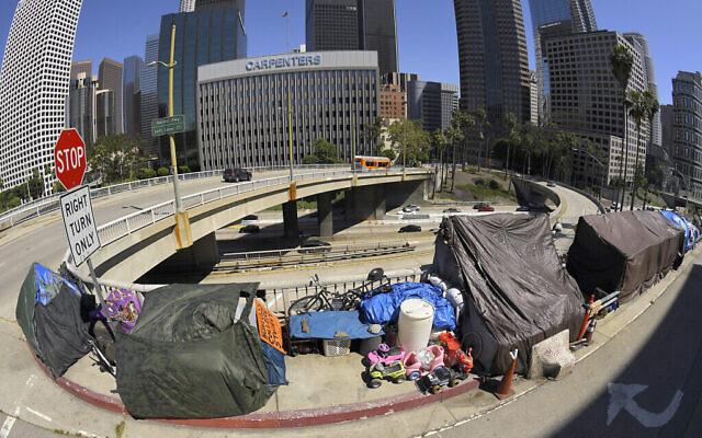 Cette photo du 21 mai 2020 montre un campement de sans-abris au coin du boulevard Wilshire et de l'avenue Beaudry le long de l'autoroute 110 lors de l'épidémie de coronavirus. (AP Photo/Mark J. Terrill, File)