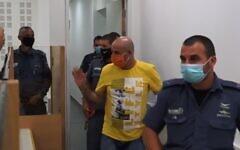 Capture d'écran d'une vidéo de David Chaim, centre, arrive au tribunal pour le verdict de son procès pour le meurtre de son ancienne femme, Ofira, le 12 juillet 2020. (Ynet)