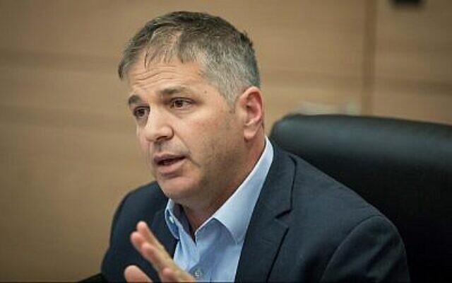 Le député du Likud Yoav Kisch préside la réunion de la commission des Affaires internes de la Knesset, le 12 juillet 2018.(Yonatan Sindel/Flash90)