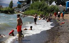 La population profite des plages du Lac de Tibériade, le 19 juin 2020. (David Cohen/Flash90)