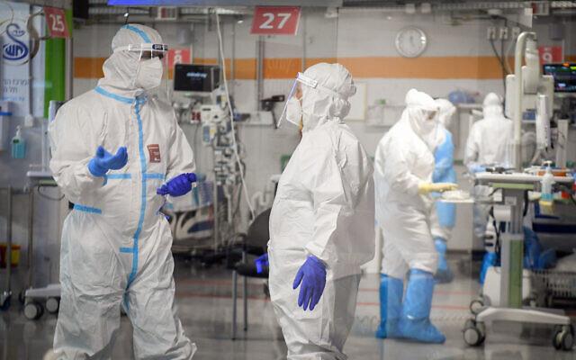 Le personnel du centre médical Sheba dans le service d'isolement du coronavirus à Ramat Gan, le 30 juin 2020. (Yossi Zeliger/Flash90)