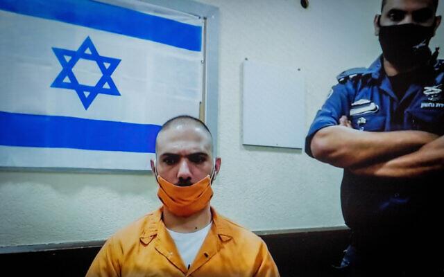 Riad Roshrosh, observé sur un écran vidéo lors d'une audience pour son appel de sa condamnation pour le meurtre de sa petite amie, à la Cour suprême à Jérusalem, le 2 juillet 2020. (Yonatan Sindel/Flash90)