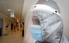 Un membre du personnel médical à l'hôpital Dura dans la ville cisjordanienne de Dura située à proximité d'Hébron, le 9 juillet 2020. (Wisam Hashlamoun / FLASH90)