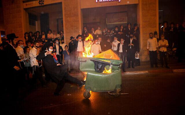 Officiers de la police aux frontières s'opposent aux Juifs ultra-orthodoxes lors d'une manifestation contre la fermeture des quartiers Romema et Kiryat Belz de Jérusalem, le 13 juillet 2020. (Olivier Fitoussi/Flash90)