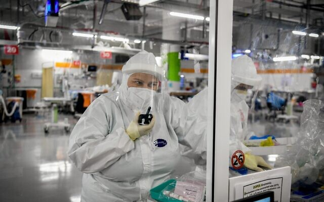 Le personnel du centre médical Sheba dans le département isolé du coronavirus à à l'hôpital de Ramat Gan, le 20 juillet 2020. (Yossi Zeliger/Flash90)