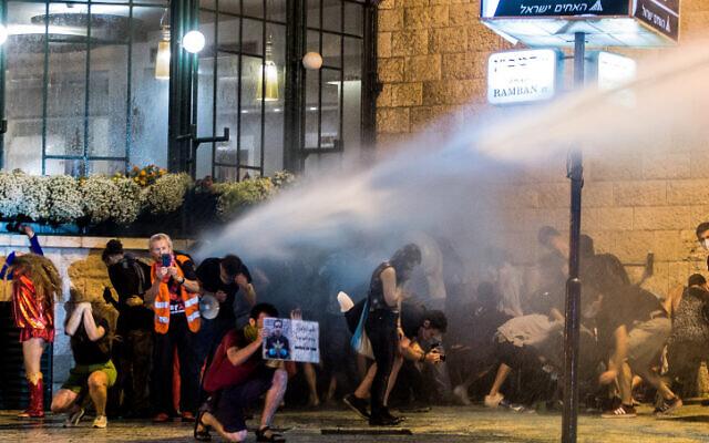 La police israélienne utilise un canon à eau pour disperser des manifestants lors d'une protestation contre le Premier ministre Benjamin Netanyahu devant la résidence du Premier ministre à Jérusalem, le 23 juillet 2020. (Photo par Noam Revkin Fenton/Flash90)
