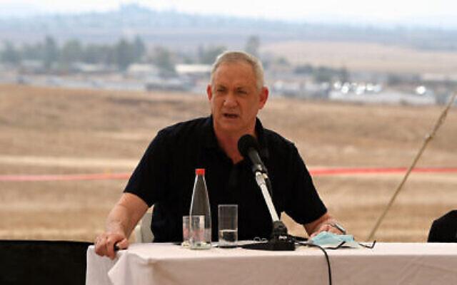 Le ministre de la Défense Benny Gantz visite le site retenu pour une base du renseignement militaire qui sera construite dans le sud d'Israël. (Ariel Hermoni / Ministère de la Défense)