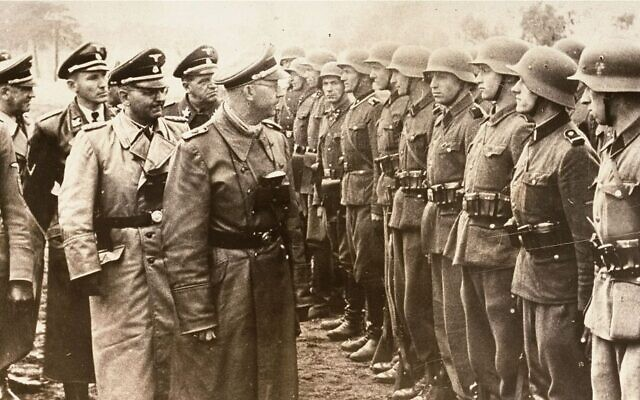 Heinrich Himmler, au centre, passe en revue les soldats volontaires SS de Galice de la division d'infanterie, le 3 juin 1944.(AP/US Holocaust Memorial Museum, Autorisation: Atlantic Foto Verlag Berlin)