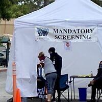 Des personnes doivent subir un dépistage obligatoire du coronavirus avant d'entrer dans les installations de l'Eisenberg Village au foyer juif de Los Angeles le 12 avril 2020. (Noam Haykeen/ Times of Israel)