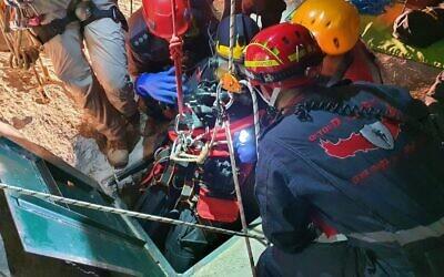 Des sauveteurs retrouvent le corps d'un adolescent qui s'est noyé dans une citerne à proximité de l'implantation cisjordanienne de Kedumim le 2 juillet 2020 (Liran Atias/ Pompiers et sauveteurs)