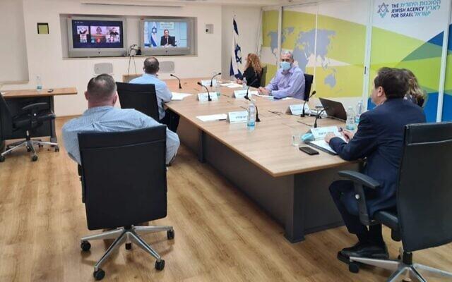 Des membres du personnel de l'Agence juive à Jérusalem lors d'un briefing sur les effets de la crise du coronavirus sur les communautés juives de la Diaspora, le 8 juillet 2020. (Autorisation : Agence juive)