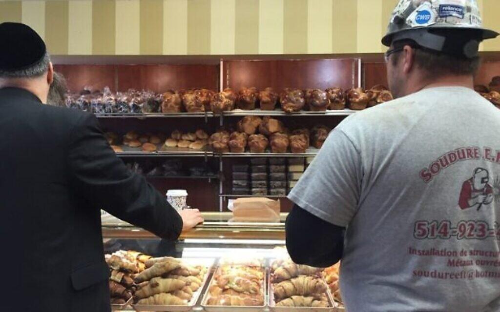 Deux clients d'origine différente sont prêts à commander à Cheskie. (Ezra Soiferman/ www.EzraSoiferman.com)