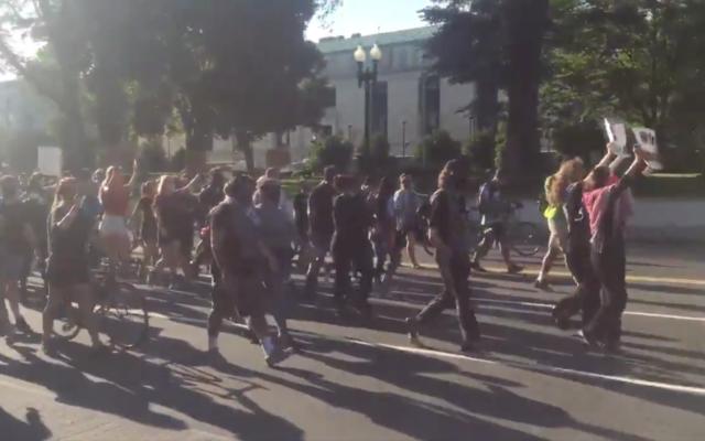 Des manifestants lors d'une manifestation Black Lives Matter à Washington, D.C., le 1 juillet 2020. (Capture d'écran Nic Rowan/Twitter)