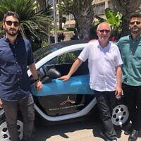 Slava Bronfman, PDG de Cybellum CEO, gauche à droite, avec Etienne Barbier, directeur au Laboratoire de l'Alliance d'innovation de Tel Aviv et Eldad Razielle, responsable de la sécurité informatique  au Laboratoire de l'Alliance d'innovation de Tel Aviv (Autorisation)