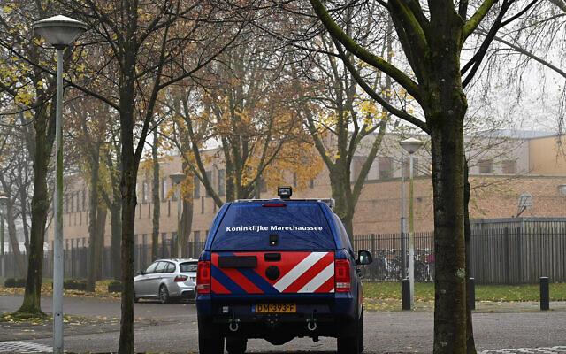 Une voiture appartenant aux forces hollandaises de sécurité garde les écoles juives Maimonides et Rosh Pina à Amsterdam, le 25 novembre 2019. (Cnaan Liphshiz)