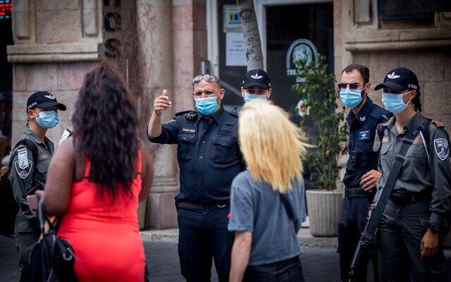 La police israélienne fait appliquer les règles d'urgence contre le coronavirus à Jérusalem, le 9 juillet 2020. (Yonatan Sindel/Flash90)