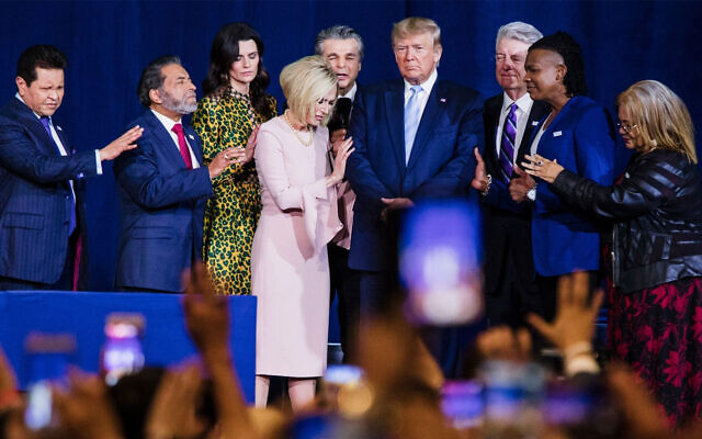 "Des responsables religieux locaux prient aux côté du président américain Donald Trump au Ministère international du Roi Jésus lors d'un meeting ""Évangéliques pour Trump"" à Miami en Floride, el 3 janvier 2020. (Scott McIntyre/ Pour The Washington Post via Getty Images, JTA)"