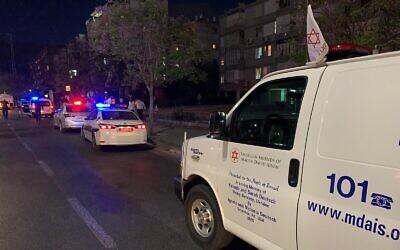 Une ambulance de Magen David Adom arrive sur la scène d'un meurtre à Bat Yam, le 3 mai 2020. (MDA)