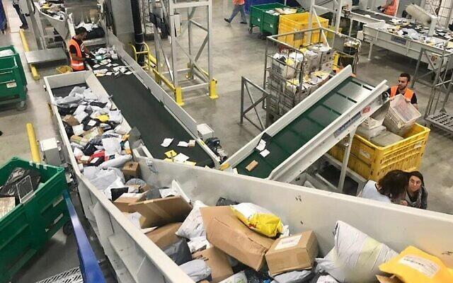 Le Service postal israélien a la capacité de trier environ 100 millions de colis par an. (Autorisation)