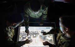 Un soldat de l'unité 9900 de renseignement militaire, qui se spécialise dans le renseignement visuel, utilise une carte sur une base du centre d'Israël à une date inconnue. (Autorisation : Armée israélienne)