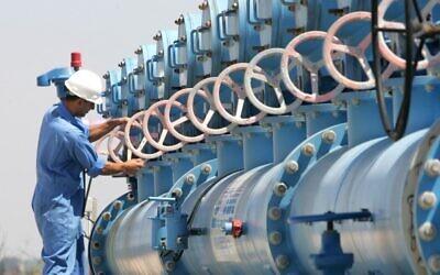 Un ouvrier à l'usine de filtration de l'eau d'Eshkol dans le nord d'Israël qui est opérée par la compagnie nationale de l'eau israélienne Mekorot (Crédit photo : Moshe Shai / Flash90)