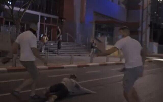 Capture d'écran d'une vidéo semblant montrer des attaques de manifestants par des activistes d'extrême droite suspectés à Tel Aviv, le 28 juillet 2020. (Screen grab/Facebook)