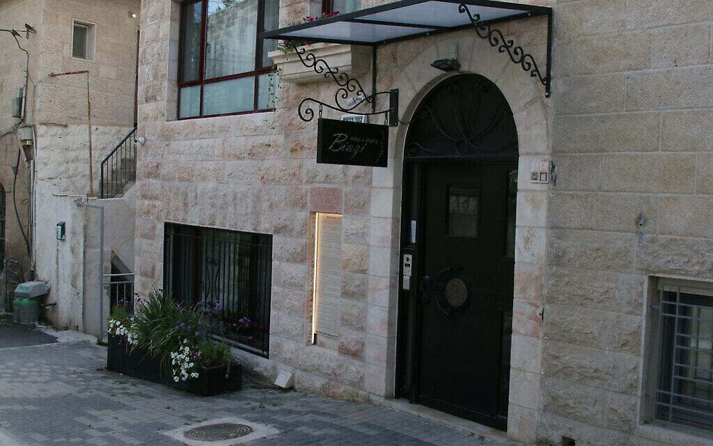 Un hôtel dans un bâtiment datant du début des années 30 sur  Baram street, dans le quartier Shaarei Rahamim à Nahlaot à Jérusalem (Crédit : Shmuel Bar-Am)