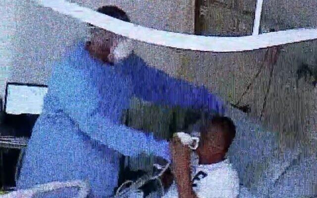 Un malade participe à un essai d'éthylomètre - similaire à celui utilisé pour détecter la présence d'alcool dans le sang - pour tenter d'identifier le coronavirus au centre médical Meir de Kfar Saba, au mois de juillet 2020 (Capture d'écran/Treizième chaîne)