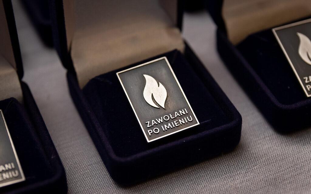 """Un pin's avec le logo """"Called by Name"""". (Avec l'aimable autorisation de l'Institut Pilecki)"""