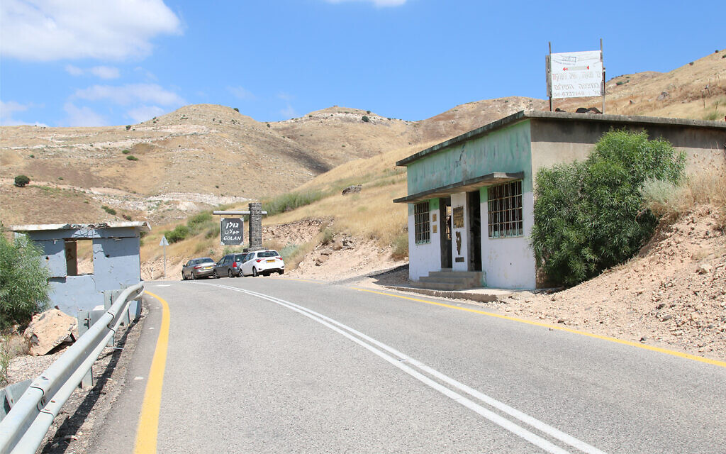 Ancien check-point syrien dans le nord d'Israël avec un magasin en souvenir d'Eli Cohen (Crédit : Shmuel Bar-Am)