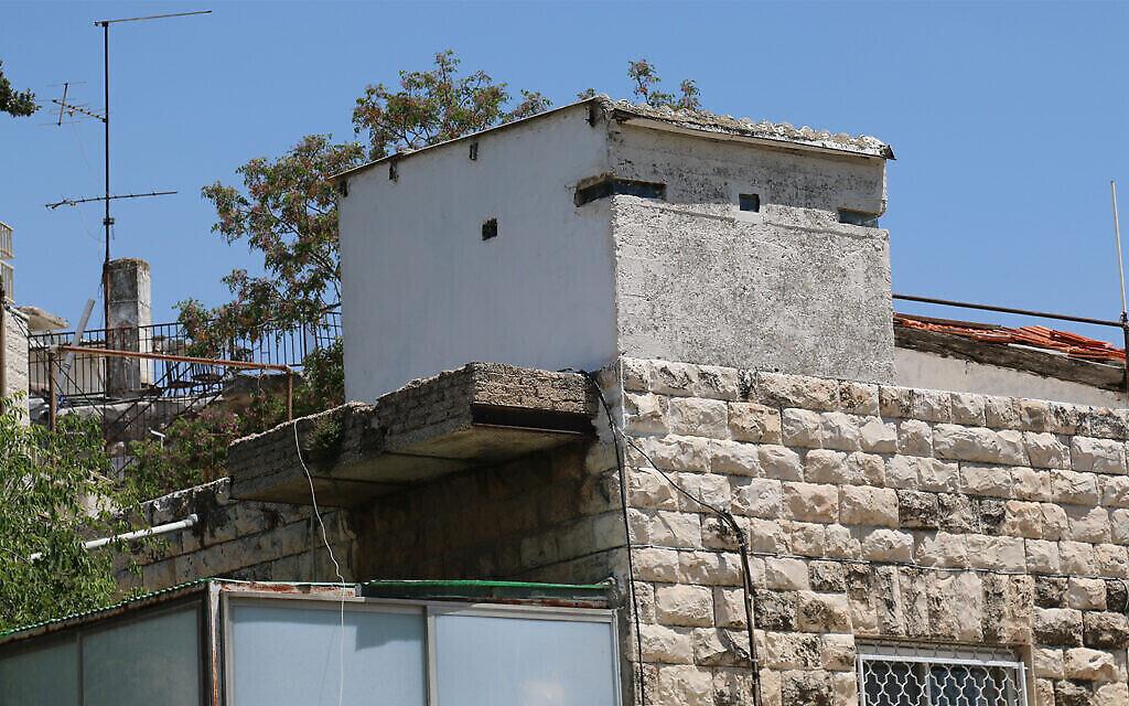 Une petite tour qui avait été utilisée pendant la guerre de l'Indépendance pour le contrôle aérien dans le quartier Shaarei Rahamim (Crédit :  Shmuel Bar-Am)