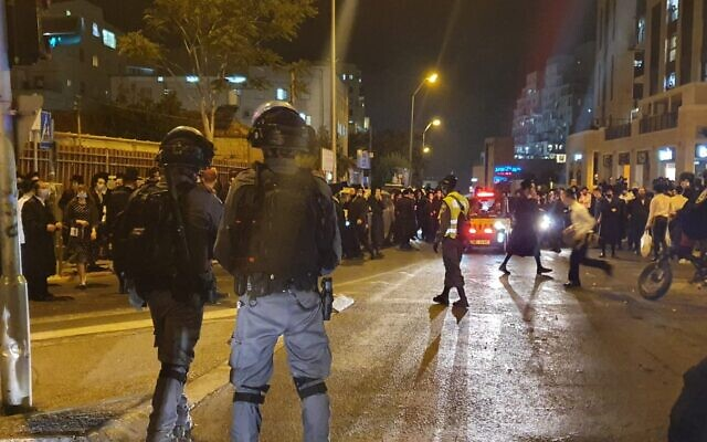 Des manifestants ultra-orthodoxes affrontent la police, à Jérusalem, suite aux confinements localisés de leurs quartiers pour cause de coronavirus, le 11 juillet 2020 (Crédit : Police israélienne)