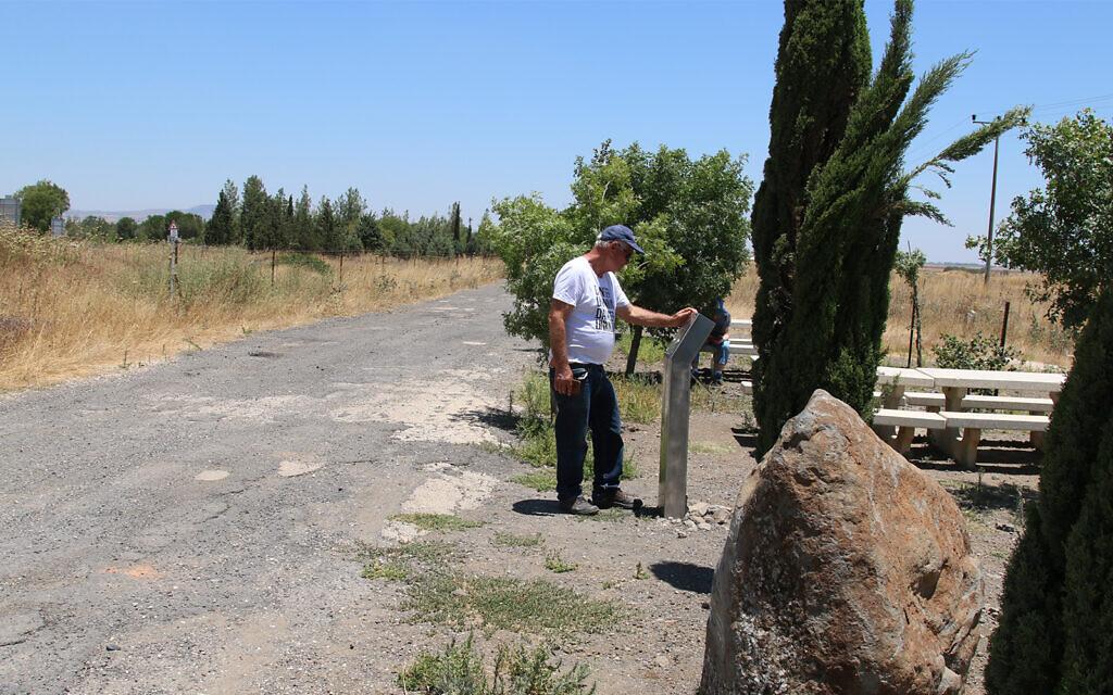 Le carrefour Eliad sur le sentier de randonnée Eli Cohen, ancien site d'un camp militaire syrien (Crédit : Shmuel Bar-Am)