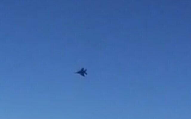 Une vidéo partagée par l'agence de presse iranienne IRIB affirme montrer un avion de chasse menacer un avion de ligne Mahan Air au-dessus de la Syrie, le 23 juillet 2020. (Capture écran/IRIB)