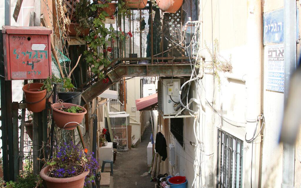 La voie étroite Hagalil, située dans le quartier Shaarei Rahamim de Nahlaot, une banlieue de Jérusalem. Un grand nombre des rues de ce quartier portent le nom de villages ou de sites géographiques anciens d'Israël (Crédit : Shmuel Bar-Am)