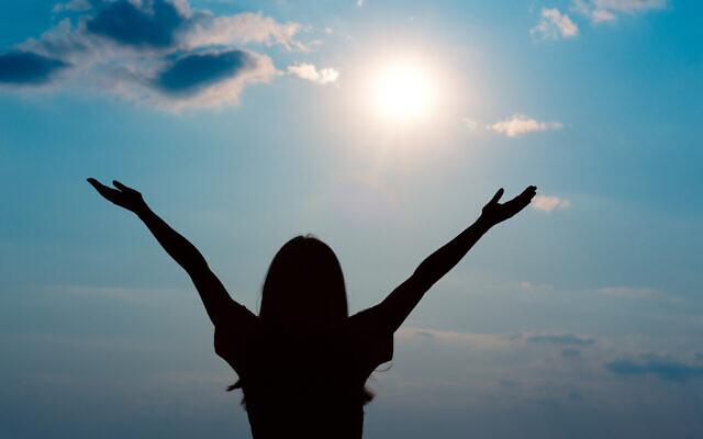Une femme profite du soleil, source de vitamine D (Crédit : iStock)