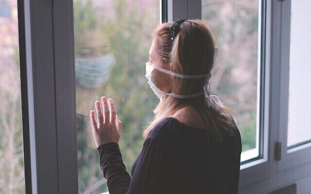 Photo d'illustration : Une femme pendant le confinement (Crédit : iStock)